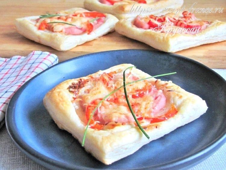 Мини-пиццы из слоеного теста