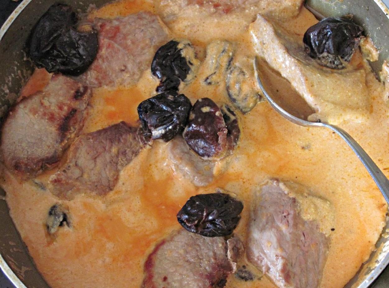 Свинина тушёная с черносливом