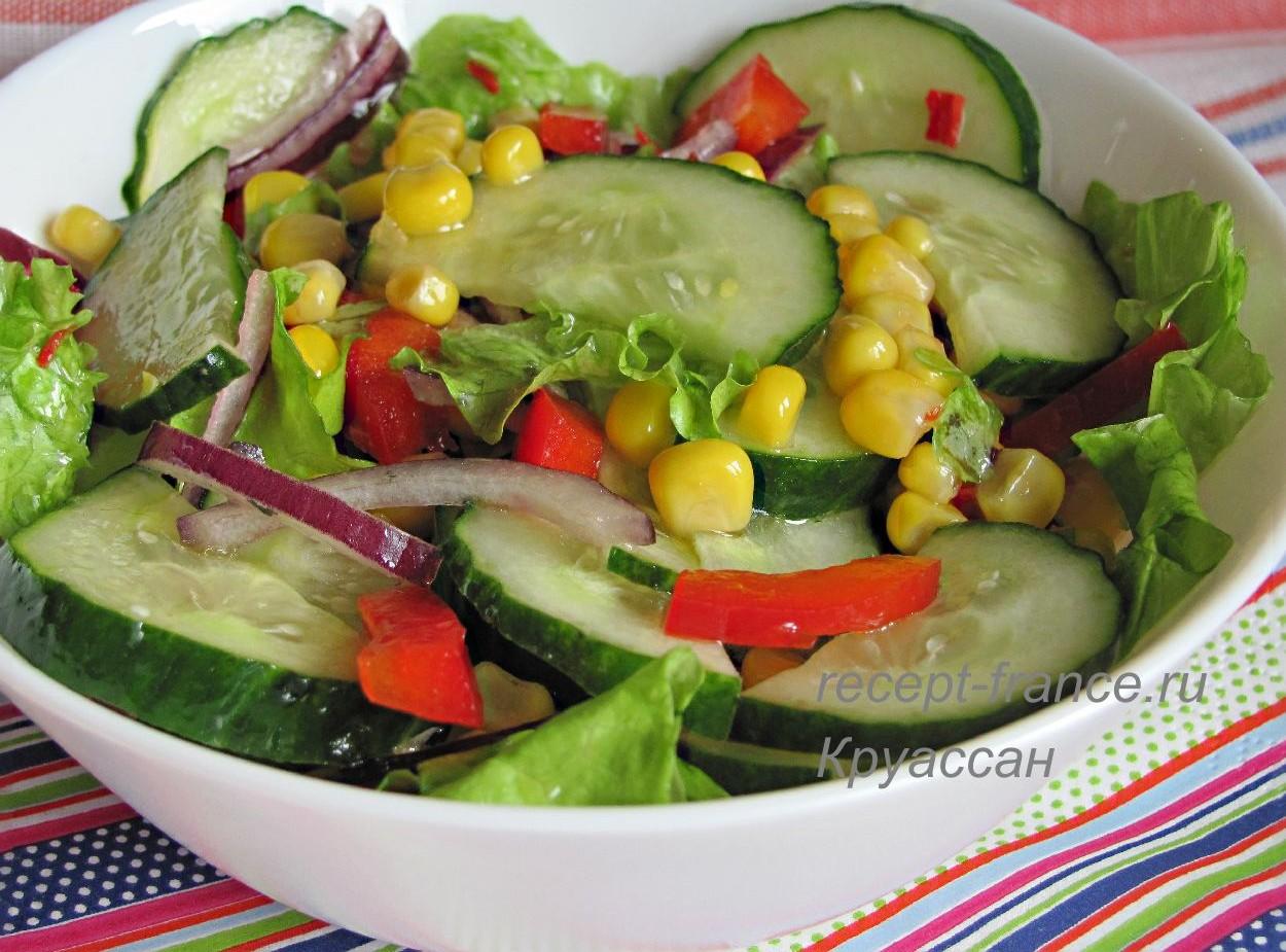 Салат из свежих огурцов с болгарским перцем и консервированной кукурузой