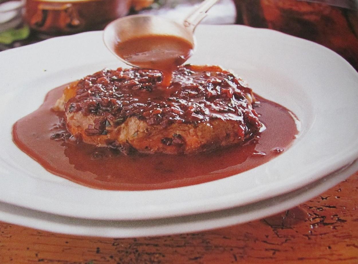 Свиной стейк с соусом по-бордоски