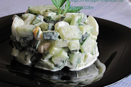 Салат из огурцов с яйцом и базиликом
