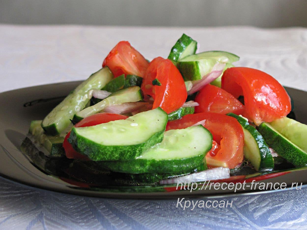 Салат из огурцов и томатов с базиликом
