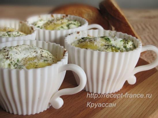 Яйца, запеченные с ветчиной, сыром и шампиньонами