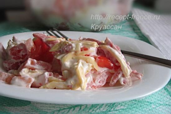 Салат из помидоров с копченой колбасой