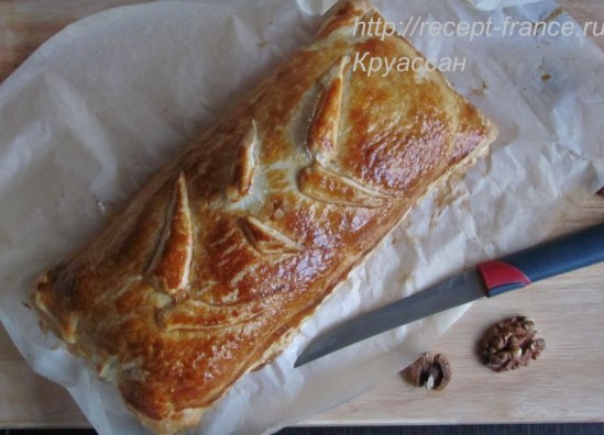 Слоёный пирог с сыром, ветчиной и грецкими орехами
