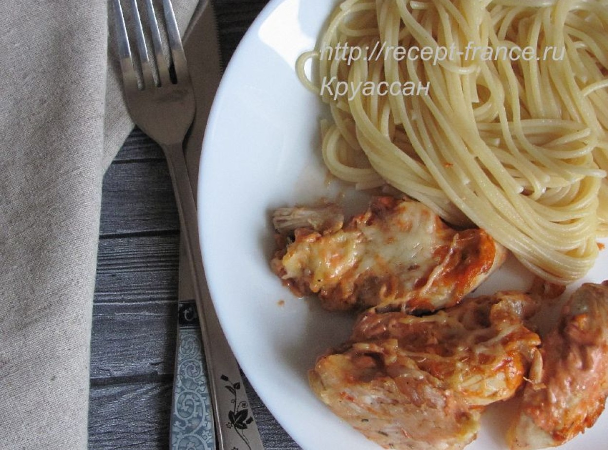Отварная курица с сыром и соусом