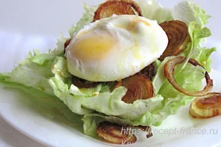 Закуска с яйцом пашот и салатом айсберг