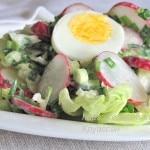 Салат из зеленого лука, редиса и салата айсберг
