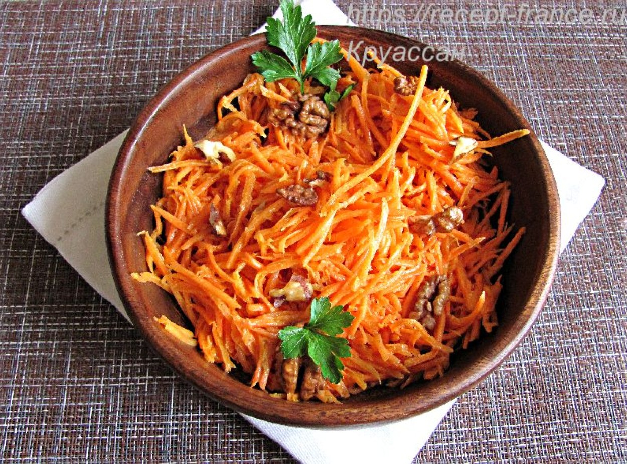Морковный салат с орехами и горчицей