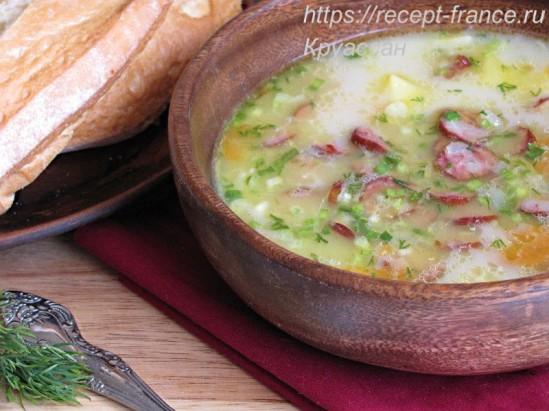 Гороховый суп с копчёными колбасками и сыром
