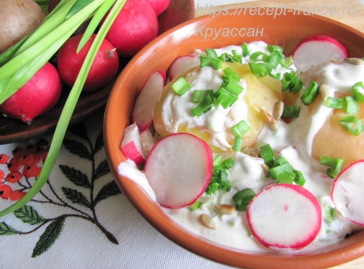 Картофель в мундире со сметанно-сырным соусом