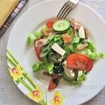 Салат с курицей, овощами, сухариками и сыром фета
