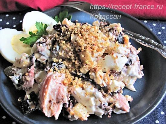 Салат с копченой курицей, черносливом и орехами