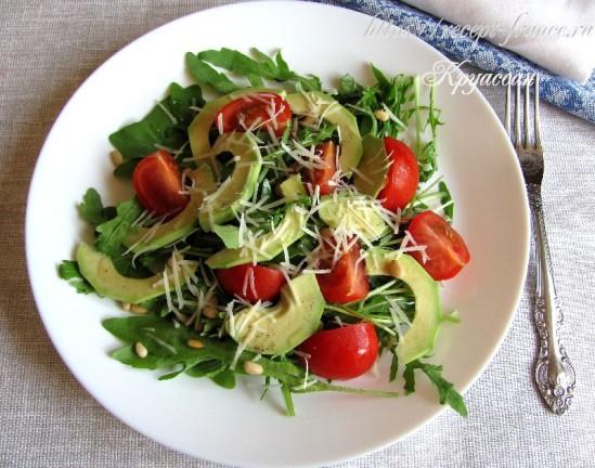 Салат с рукколой, томатами черри и авокадо