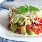 Салат из авокадо, помидоров и сыра