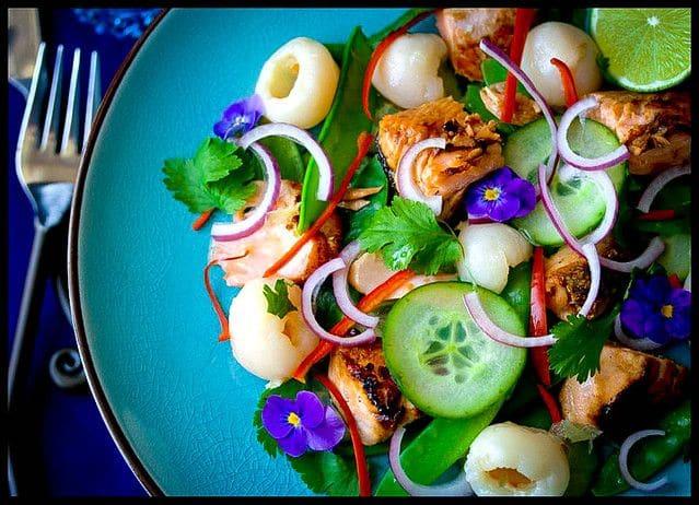 салат с лососем и личи