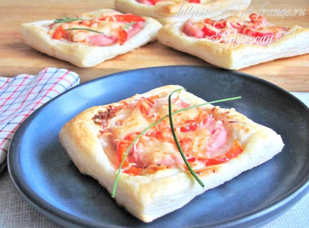 Мини-пиццы из слоёного теста