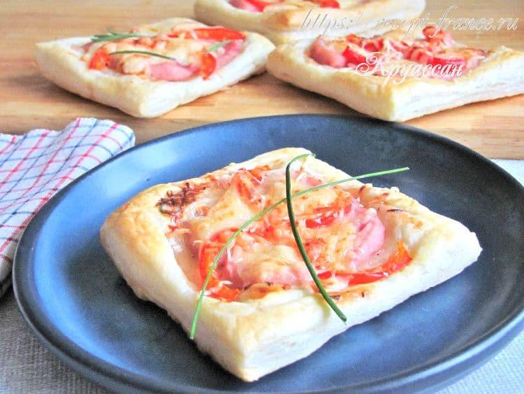 мини пиццы из слоеного теста