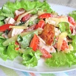 Салат с курицей, ананасом и помидорами