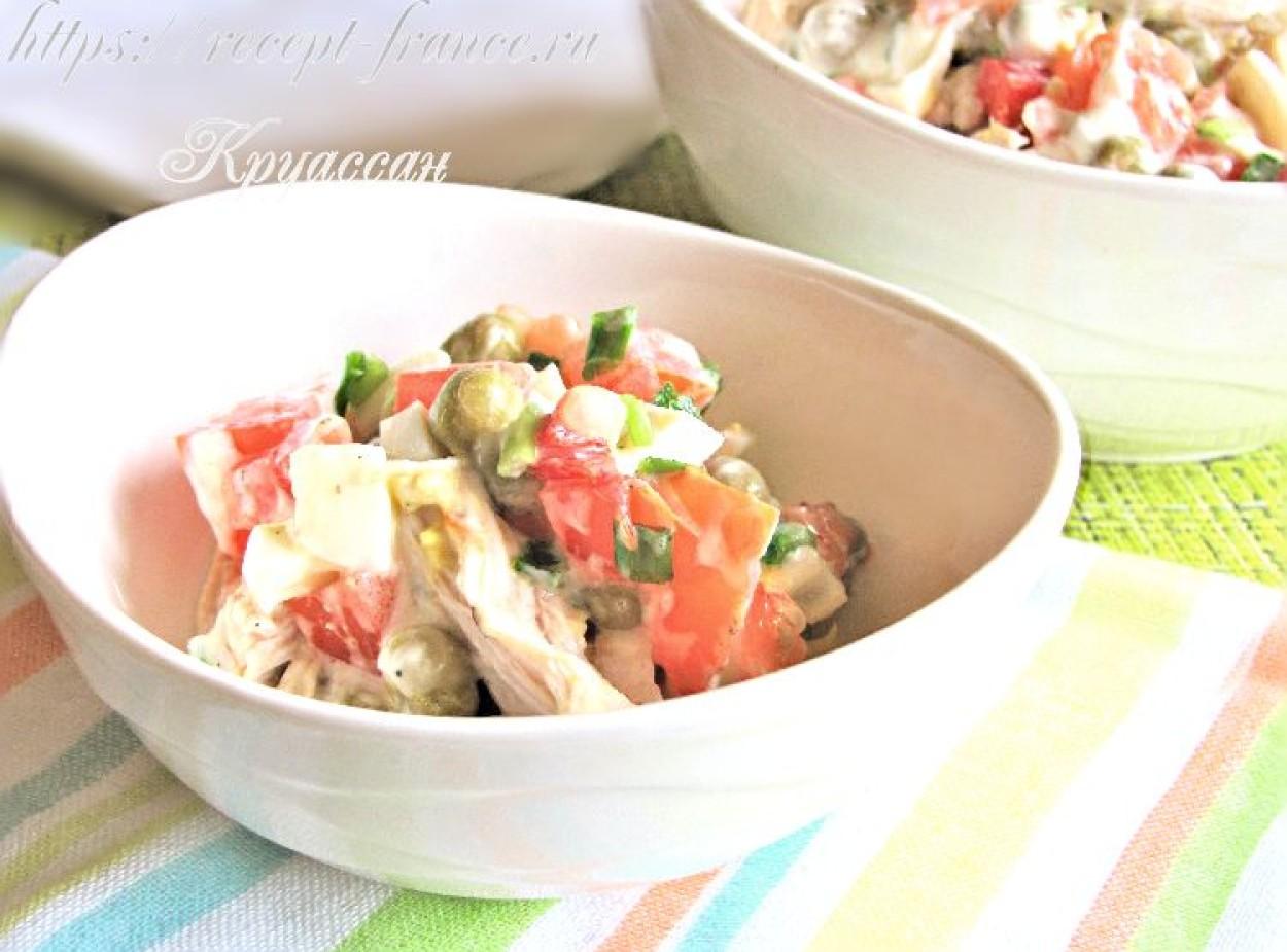 Салат с курицей, яйцом и овощами