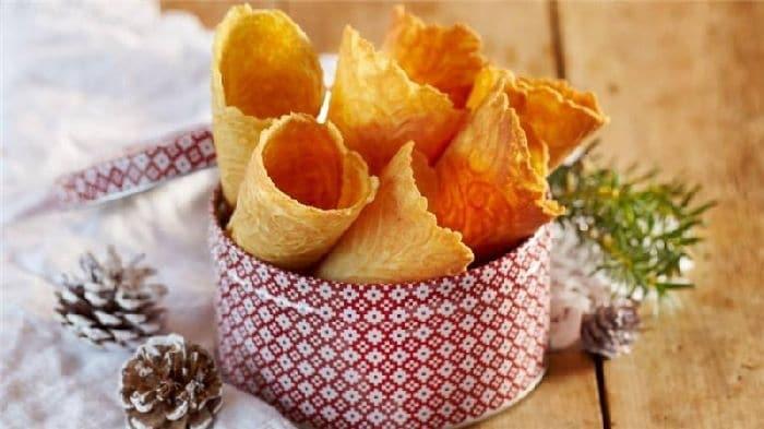 Крумкакер - норвежские вафельные рожки. Могут начинятся кремом из морошки и сливок.