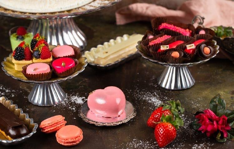 пирожные и ягоды