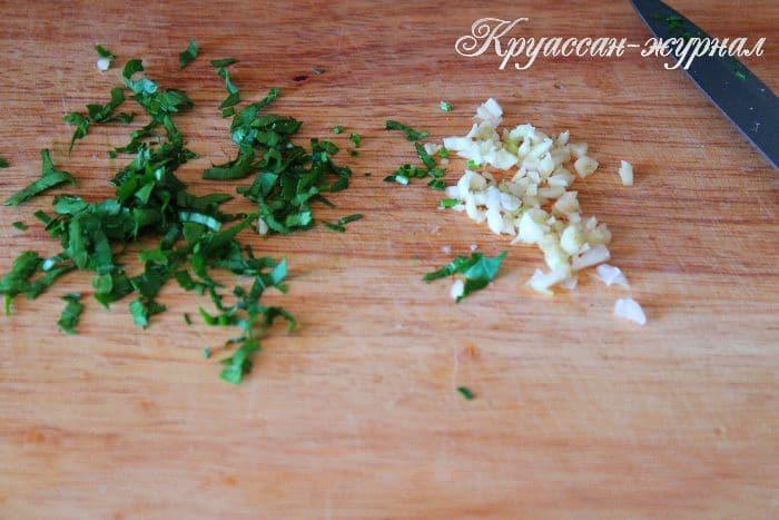 слойки с копченой колбасой-приготовление