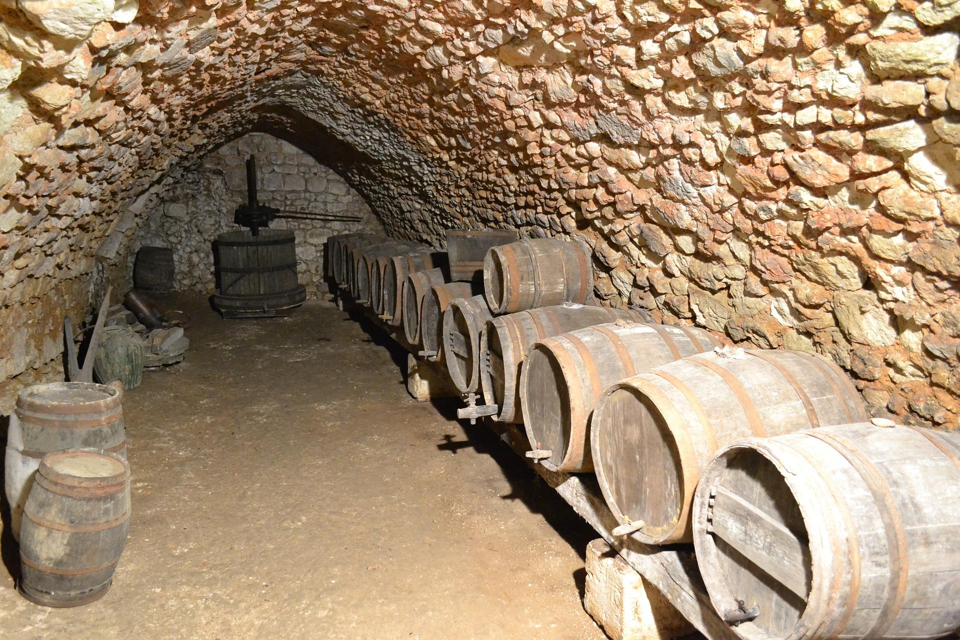 Вино в бочках в подвалах замка