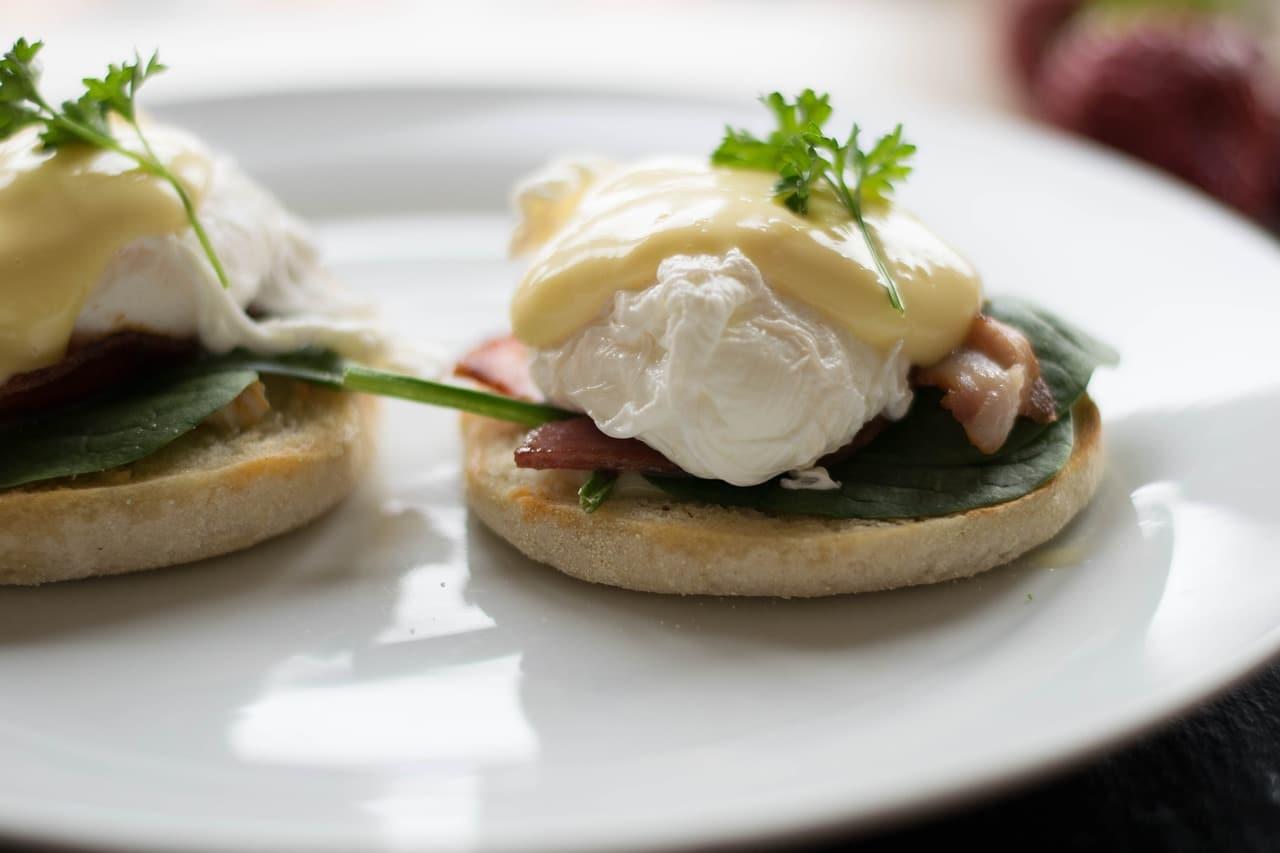 Яйца Бенедикт на завтрак. фото: pixabay.com